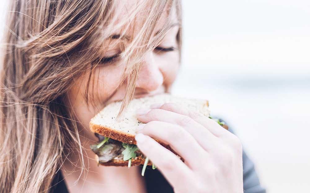 【胸を大きくしたい人必見】バストアップのために必要なのは食べ物の種類よりも...よく噛む!